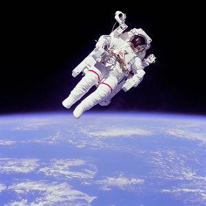 Bruce McCandless bei einer Außerbordaktivität. Auch hier sind keine Sterne zu sehen