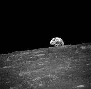 """Apollo-8-Aufnahme der """"aufgehenden"""" Erde aus der Mondumlaufbahn"""