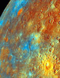 Merkuraufnahme von Mariner 10 in Falschfarbendarstellung mit den auffälligen Kratern Kuiper und Murasaki (unten rechts). Orange deutet auf Material alter Kruste und Blau weist auf das Element Titan.