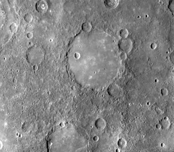 Kraterlandschaft der Südhalbkugel mit der 190 km breiten Wallebene Schubert in der Bildmitte