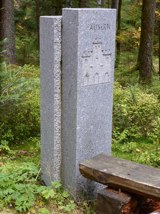Stele an der Grenze Häusern - Blasiwald