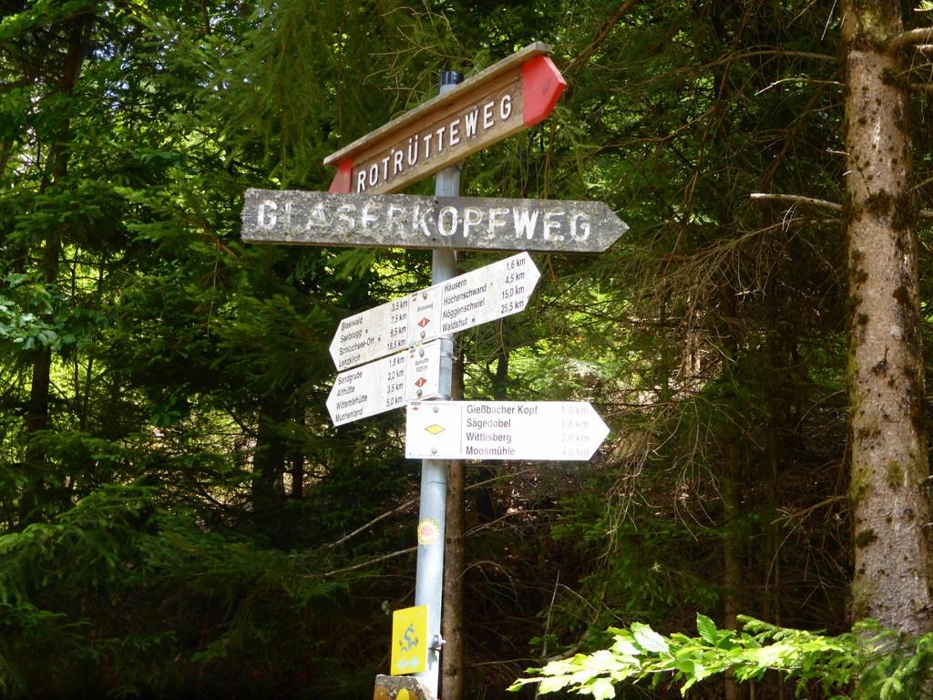 Abzweig vom Rotrütteweg zum Glaserkopfweg und Bengelweg © Hartmut Hermanns