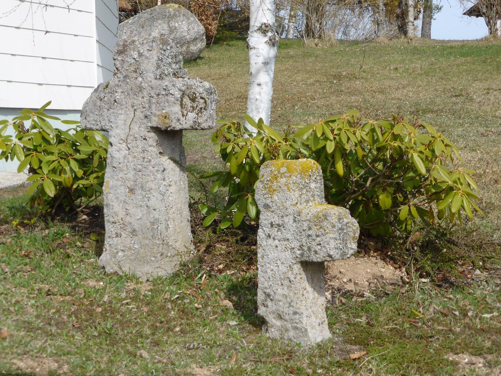 Kreuze an der Kirche in Hogschür © Hartmut Hermanns