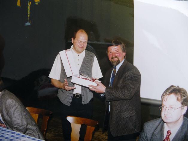 Manfred Reither wird für die jahrelange Arbeit als Vereinsobmann geehrt