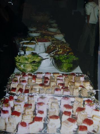 Zu diesem feierlichen Anlass darf schon mal ein Buffet drinnen sein.