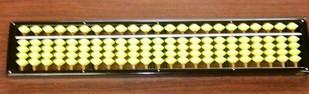 右脳にイメージしやすい「オリジナル黄色のそろばん」で、暗算力を鍛えていきます。