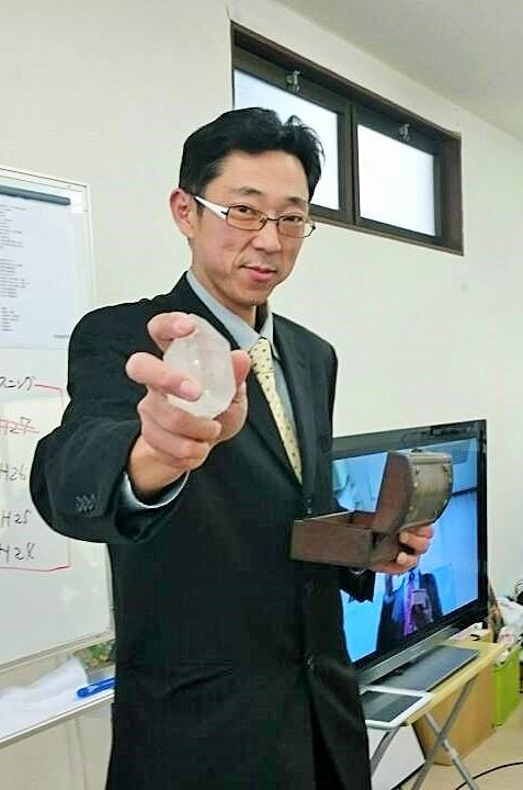 塾長はこの大きなクリスタルで、みんなに合格パワーを送ります。