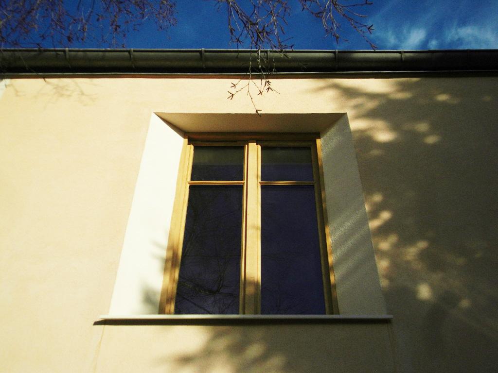 le chanfrein fini: il ne manque que les persiennes en métal (réutilisées, décapées et peintes dans la même teinte que le cadre).