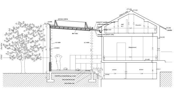 coupe sur l'extension double hauteur avec son toit végétalisé, et la maison