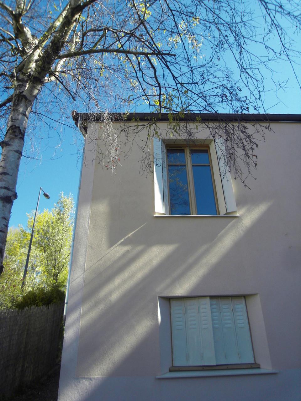 Détail chanfrein fenêtre pour replier les persiennes métalliques de remploi