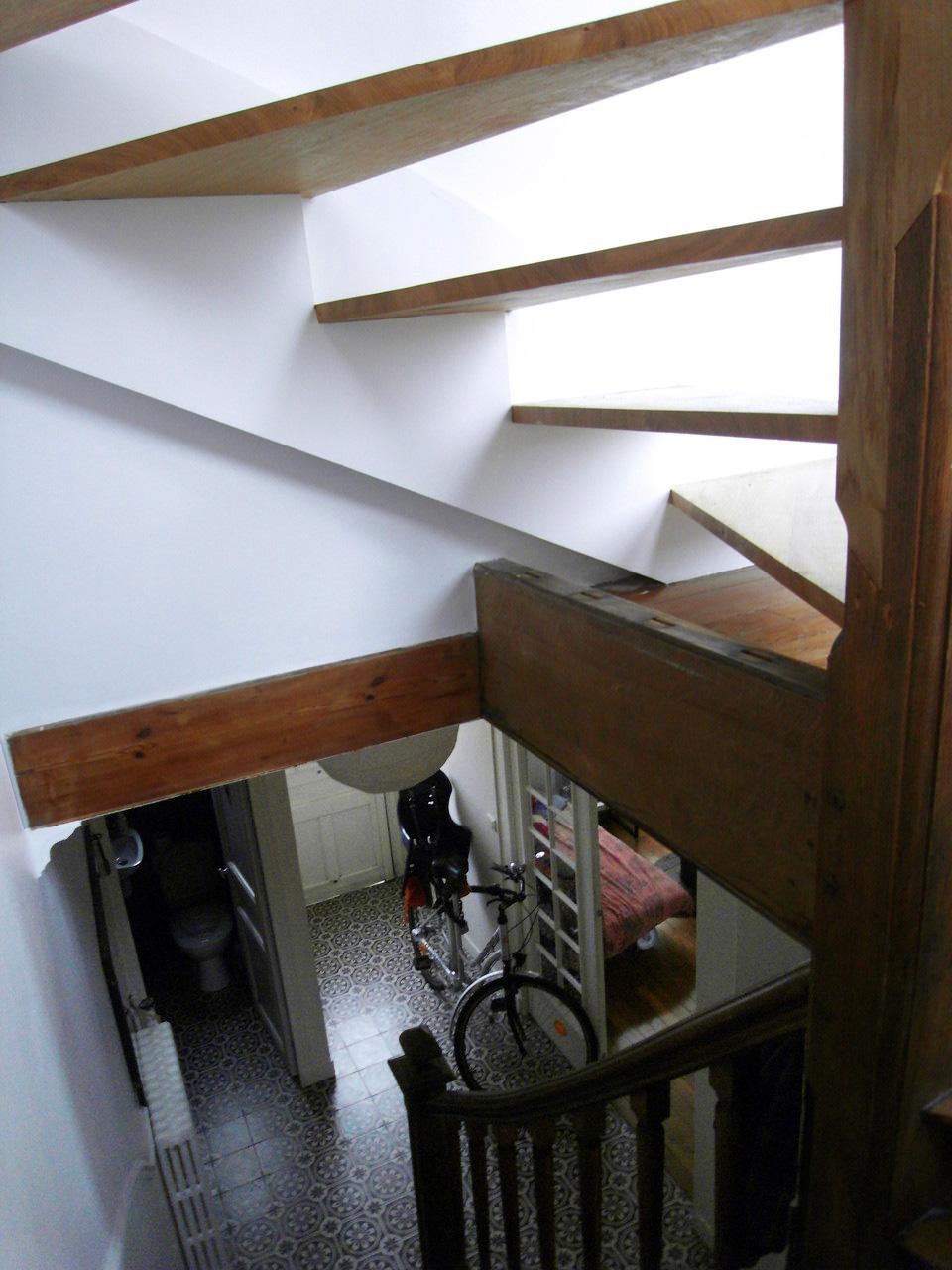 en continuité avec les marches existant, un nouvel escalier chêne, sans contre-marches