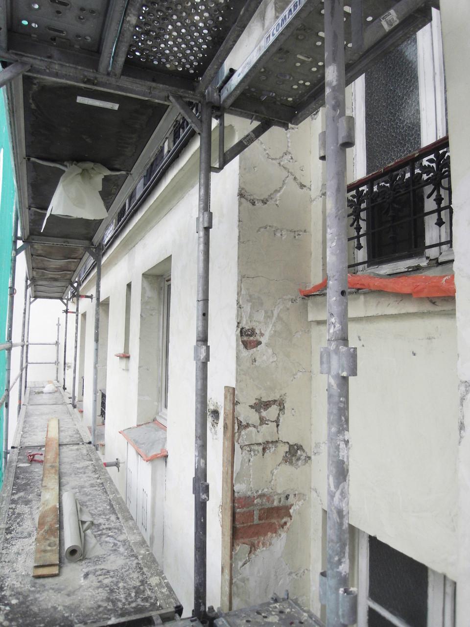 La façade sur cour en cours de rénovation