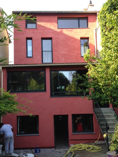 la façade coté jardin après la rénovation: couronnement ossature bois et isolation extérieure fibre de bois + enduit chaux