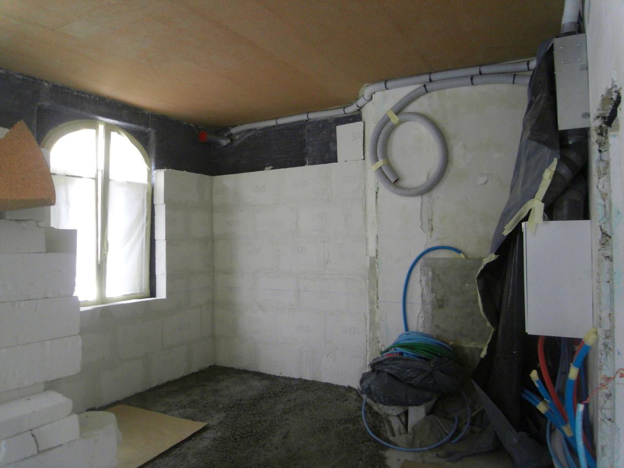 mars:  pose nouvelles menuiseres double-vitrage bois, granulés liège au sol pour isoler des caves humides