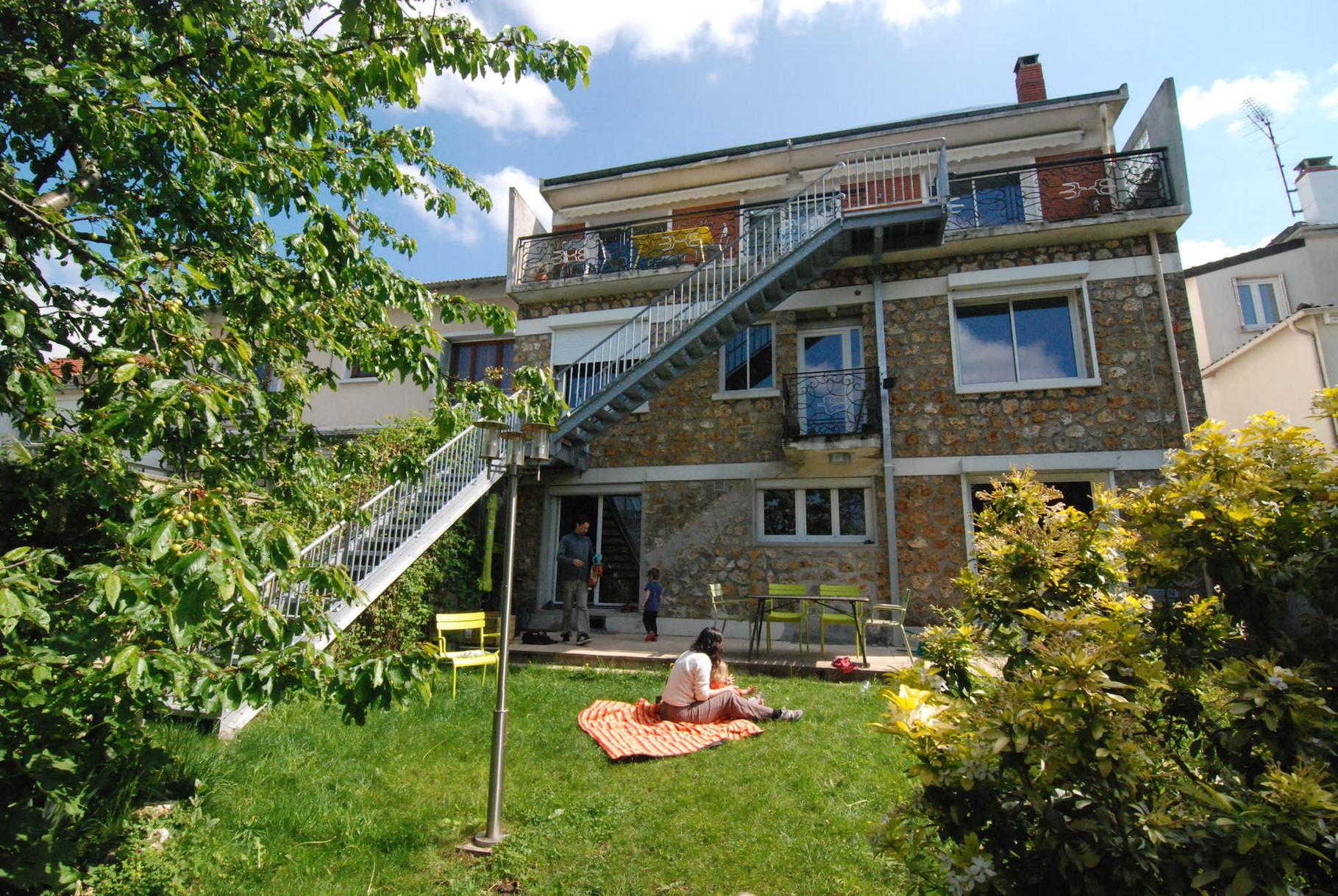 Le nouvel escalier qui crée un accès direct au jardin pour la maison du haut