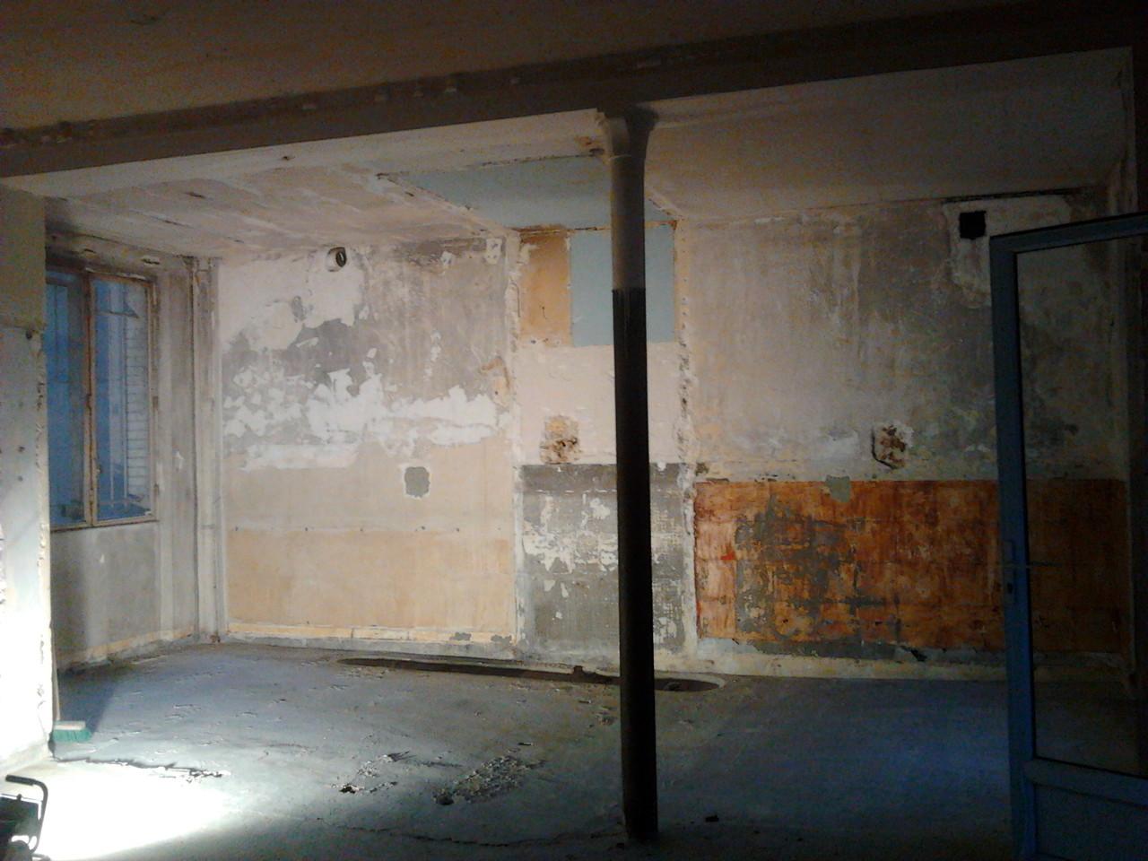 janvier: dépose totale des cloisons, mise à nu enduit béton anciens bains-douches de l'immeuble. Etude thermique et diagnostic humidité