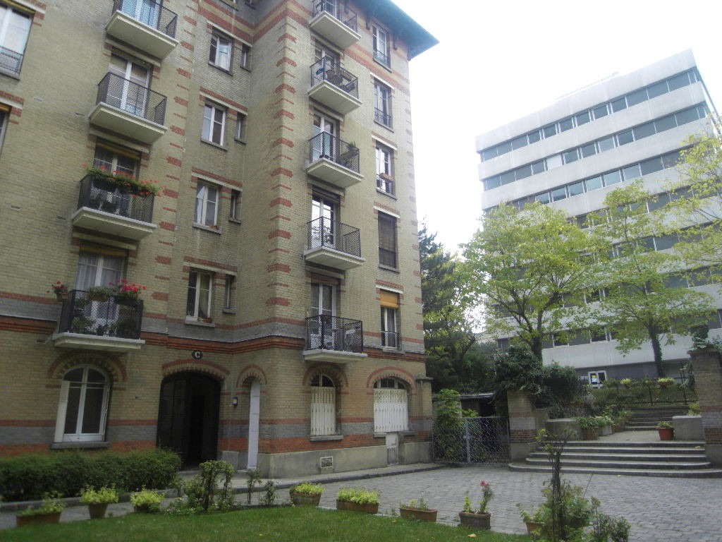 au rez-de-chaussée sur cour d'un immeuble de 1911. L'appartement s'ouvre au sud sur un jardin privatif