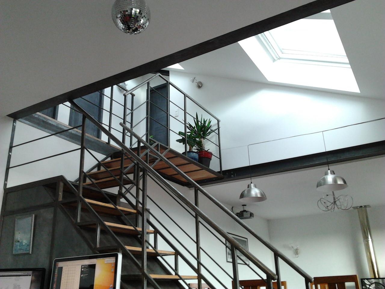 Logement du haut, double hauteur séjour, escalier vers les combles