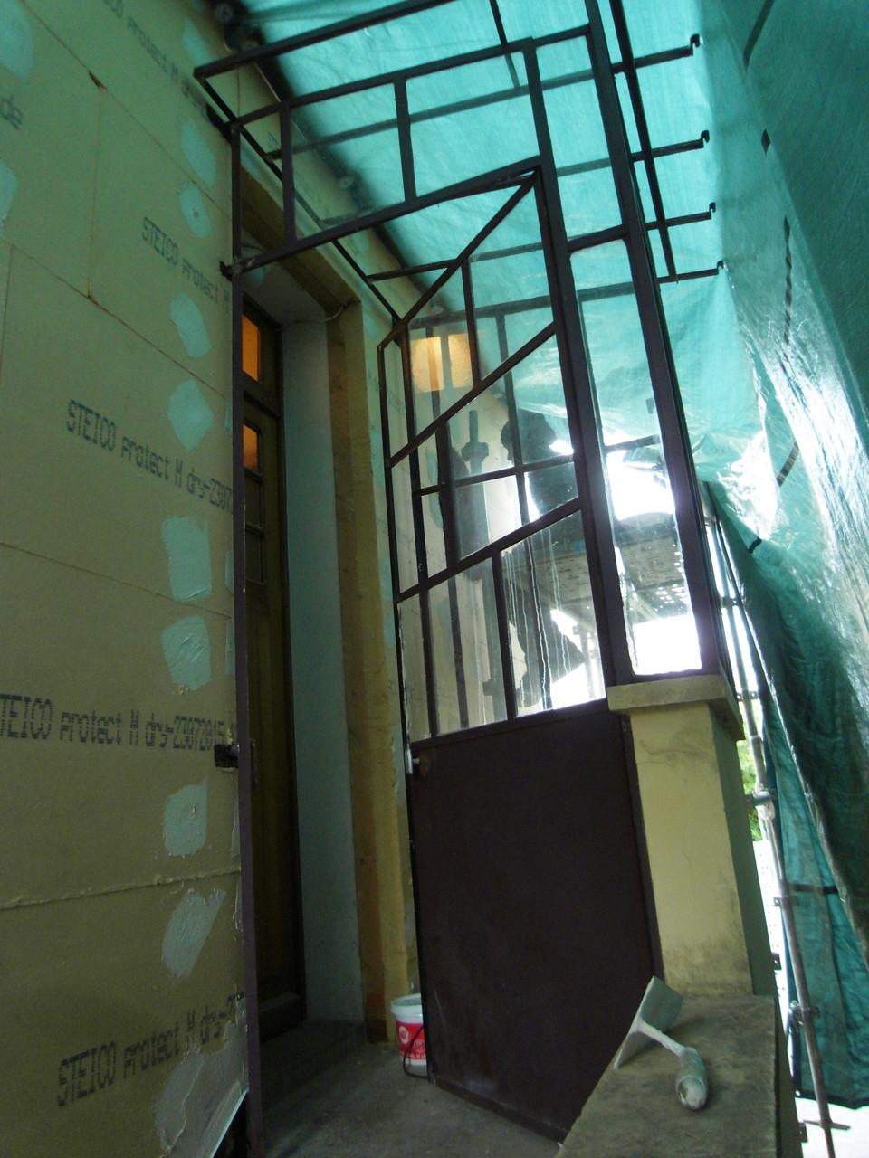 découpe et adaptation de la verrière d'entrée pour minimiser les points de contact, pose sur tasseaux bois.