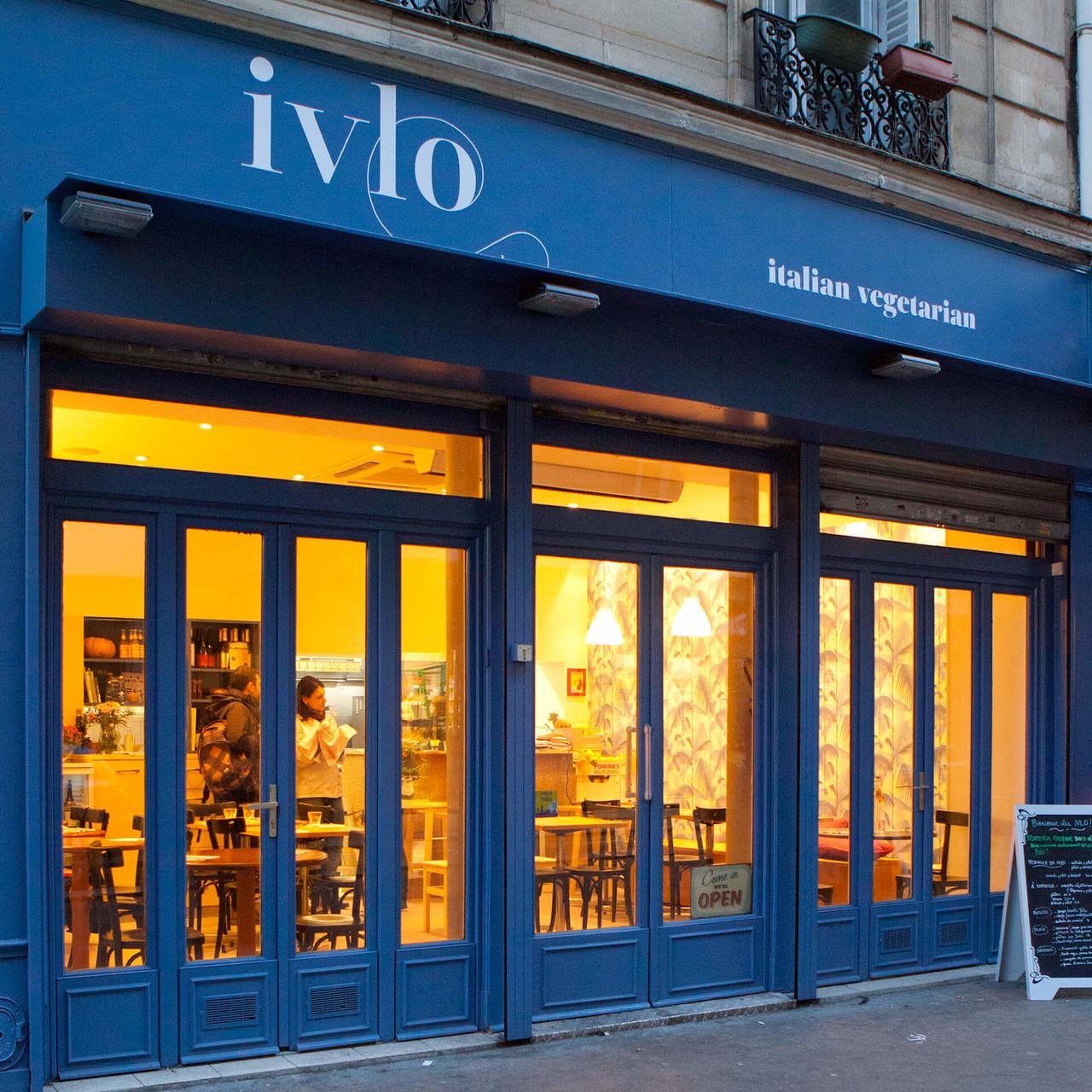 La façade avec les nouvelles teintes et une enseigne peinte, credit photographique Raphaëlle Trecco