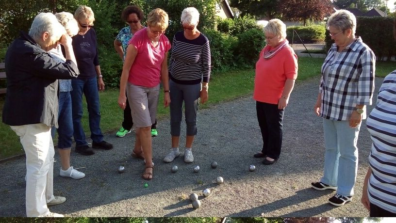 """Boule-Spaß für die Beverstedter Landfrauen – mit den Füßen wird der geringste Abstand zum """"Schweinchen"""" (kleine Kugel) festgestellt"""