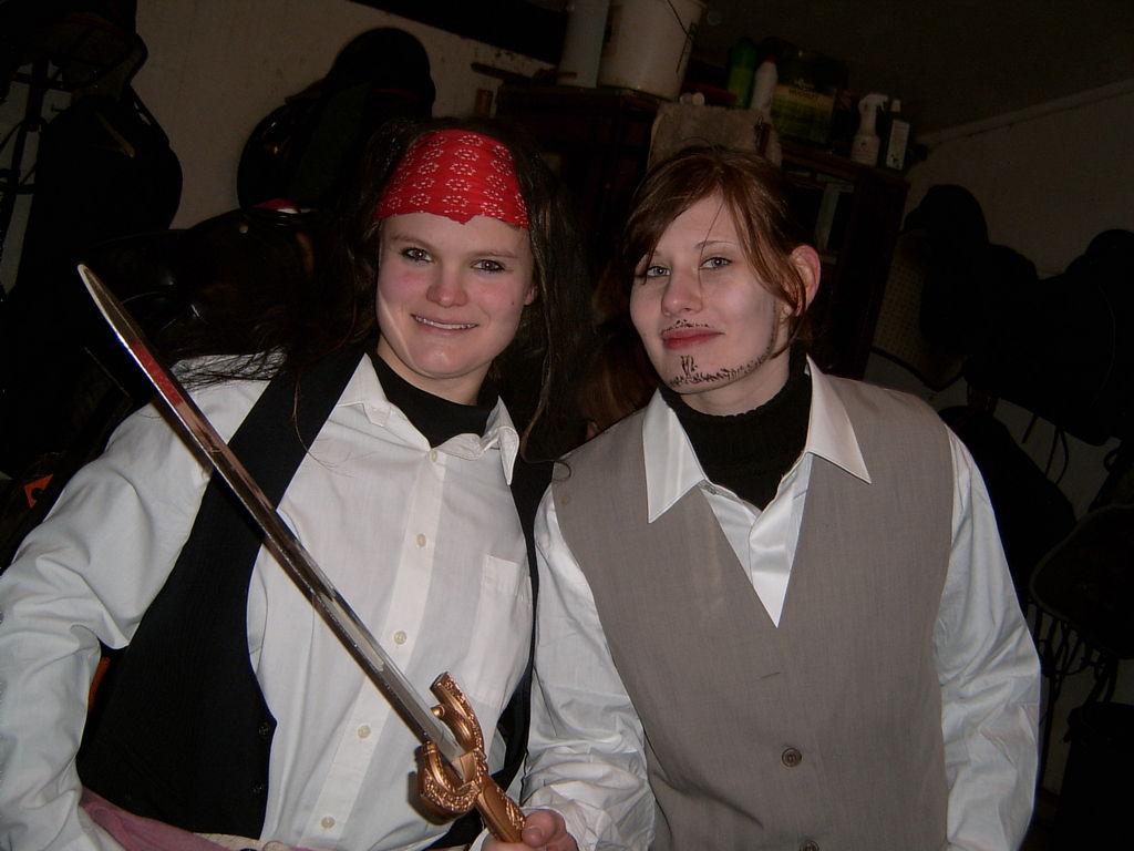 da sind sie, unsere 2 Piraten(Jana + Franzi)