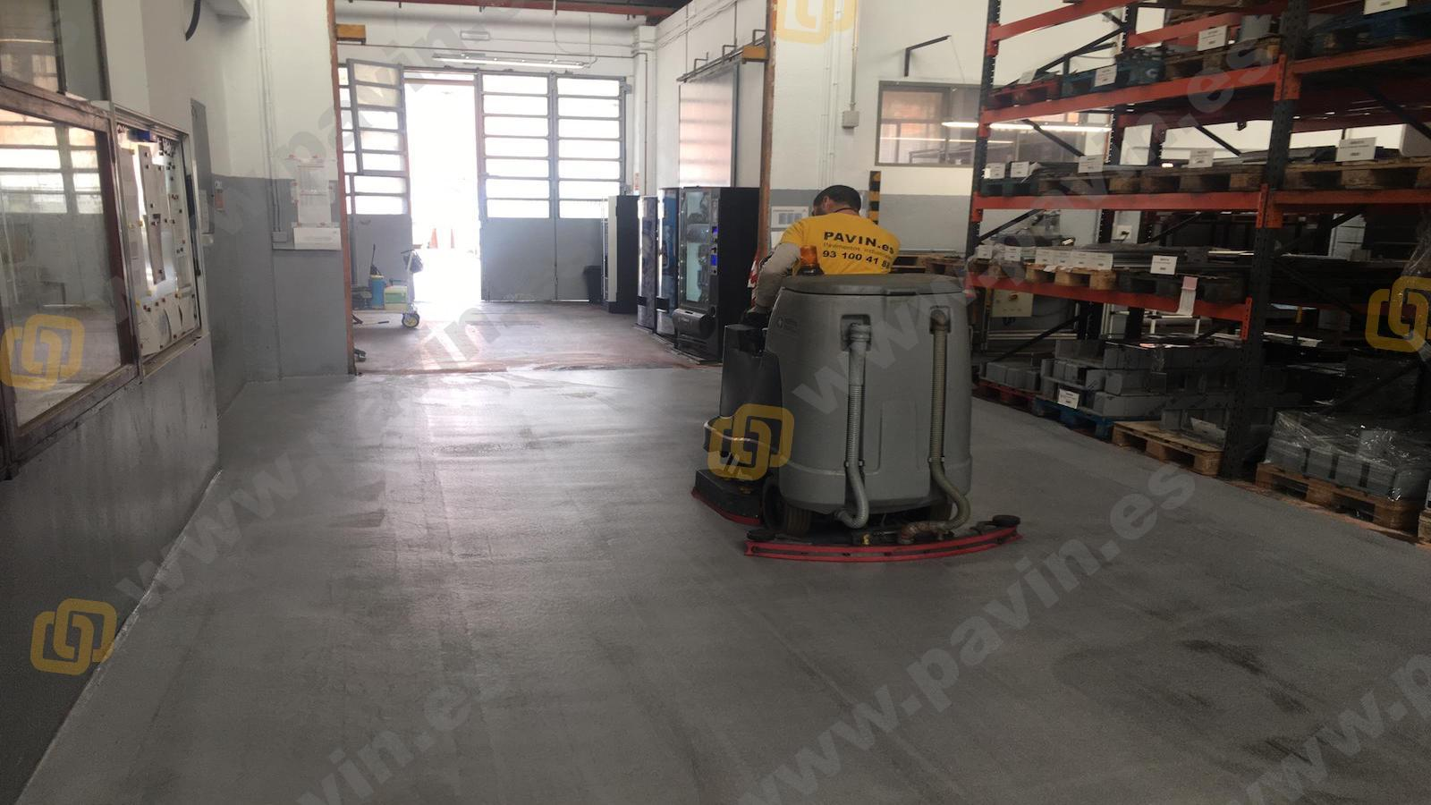Limpiar suelos de resina en pavimentos industriales