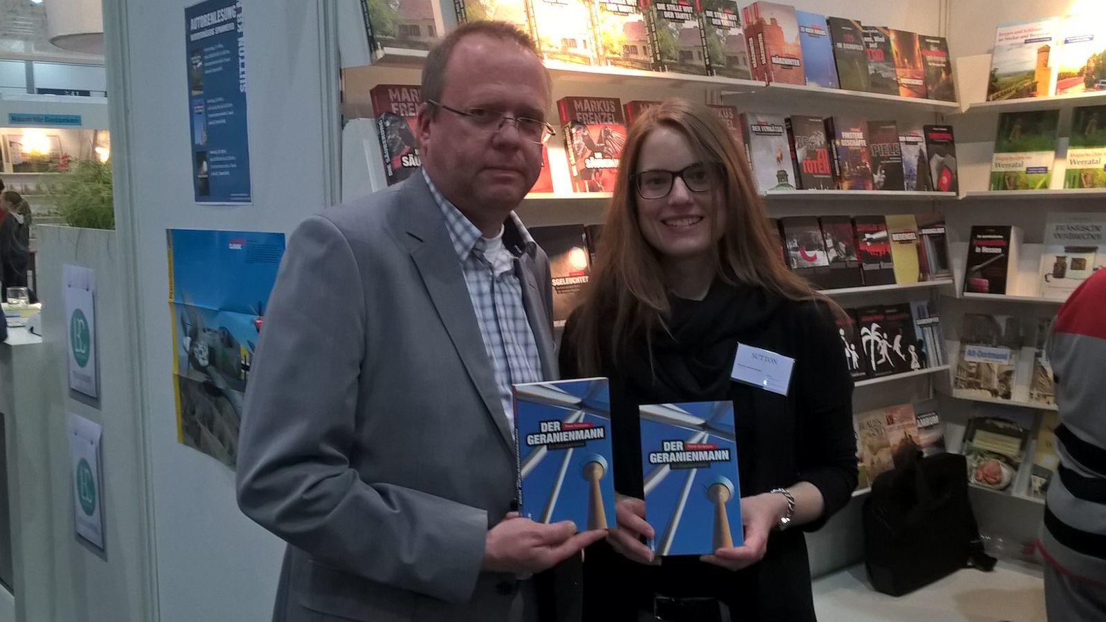 mit der Lektorin Saskia Parakenings am Stand des Sutton Verlags