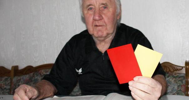 Hat immer alles im Griff: Horst Jendrasch mit den Karten, die er eigentlich gar nicht so oft benutzt.