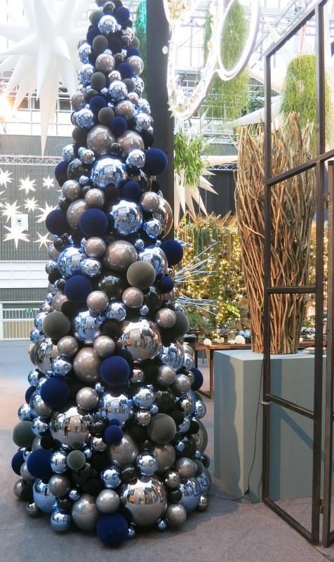 Weihnachtsbaum mit nachtblauen, himmelblauen und nebelgrauen Kugeln gestaltet.