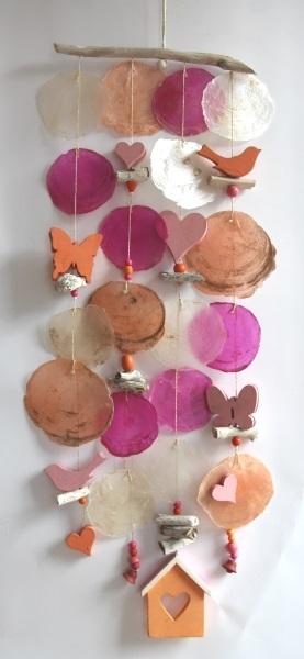 Handgefertigtes Windspiel aus Treibholz, Muscheln und Dekoaccessoires