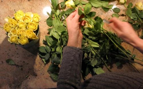 So viele Rosen reinstecken, bis kein grünes mosy mehr zu sehen ist.
