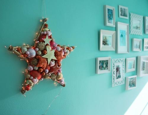 Stern als Hauptdekoration mit kleiner Bildergalerie als Wanddekoration.