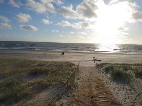 Strandzugang in Dänemark bei Sonnenuntergang.