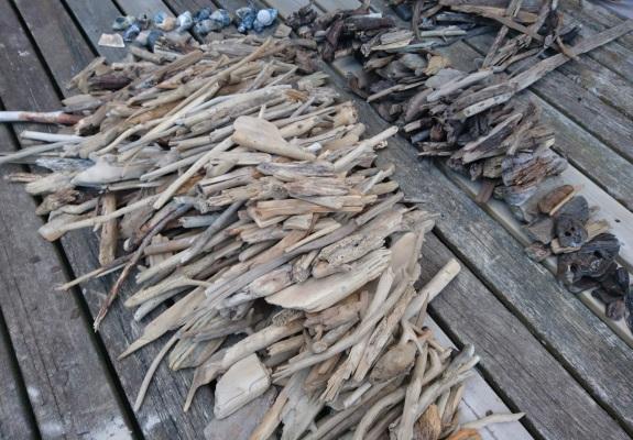 So sieht es aus, wenn das Strandholz nach Farbe sortiert wurde. Jetzt beginnt der Trocknungsprozess.