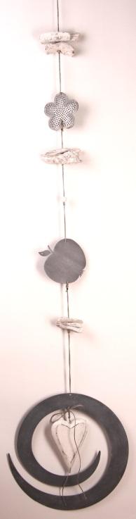 Dekokette in weiß-grau aus Metall Deko und Schwemmholz als Baumschmuck