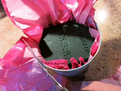Das mosy auf die Folie, in die Pappschachtel legen.
