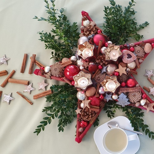 Zum Video: Weihnachtlich dekorieren einfach erklärt