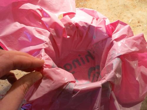 10. Die Box mit Plastik Folie auskleiden.