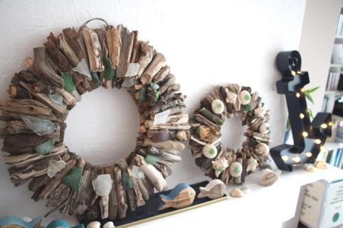 Großer Treibholzkranz mit kleinem Kranz, Fischen und Muscheln als Wohnzimmerdeko.