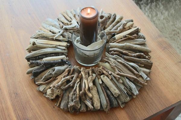 Fertige Tischdeko mit Kerze im braunen Schwemmholzkranz