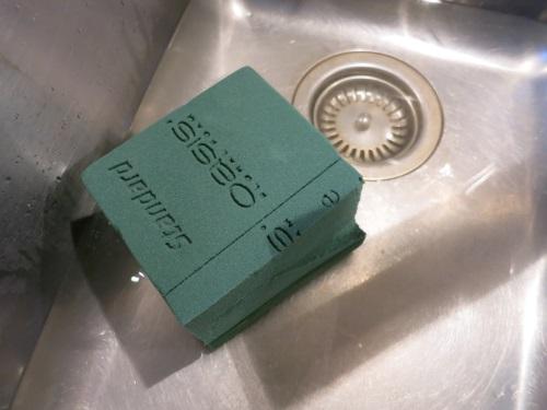 Den Block auf handwarmes Wasser LEGEN, nicht DRÜCKEN!