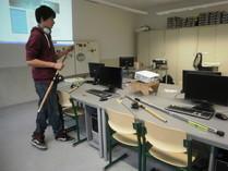 Moritz zeigt die Ausrüstung der Angel AG Zeuthen.
