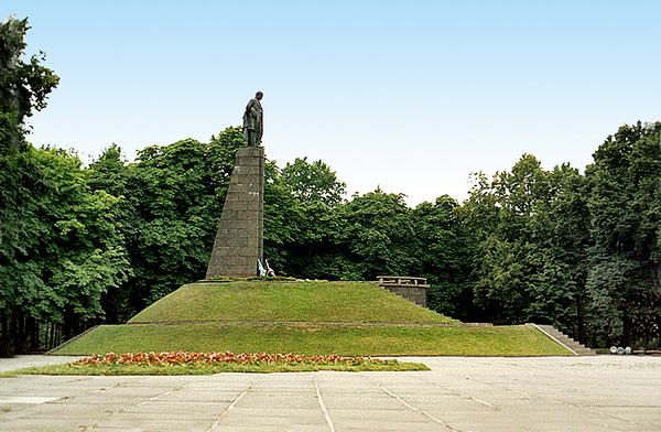 Радянський пам'ятник на Тарасовій горі.
