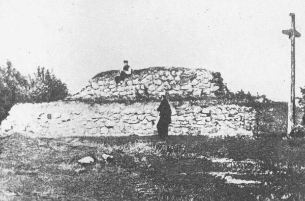 Перша могила на Чернечій горі у Каневі, з дерев'яним хрестом