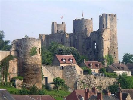 Bourbon l'Archambault - Le chateau  berceau de la dynastie des Bourbons.