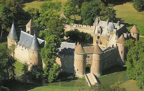 Ainay le Vieil avec sa forteresse médiévale et pré-renaissance du XIVe