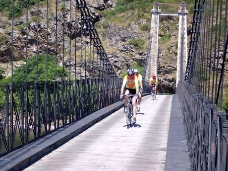 Le pont suspendu au barrage de Rochebut  prés d'Evaux