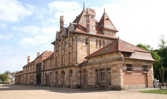 Neris les Bains - L'ancienne gare construite en grès de Vallon rose, édifice Art déco achevé en 1931.