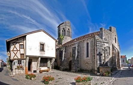Charroux , classé parmi les plus beaux villages de France  avec son église au clocher tronqué